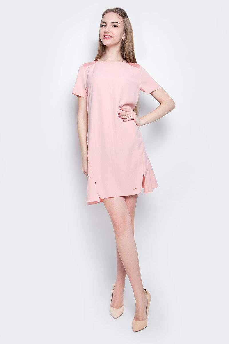 Платье Calvin Klein Jeans, цвет: светло-розовый. J20J205023_6900. Размер L (48/50)J20J205023_6900Стильное платье Calvin Klein Jeans изготовлено из качественного полиэстера. Модель с круглым вырезом горловины и короткими рукавами застегивается сзади на молнию и крючок. Слегка расклешенный низ платья оформлен ассиметричными разрезами. Края подола и рукавов не обработаны.