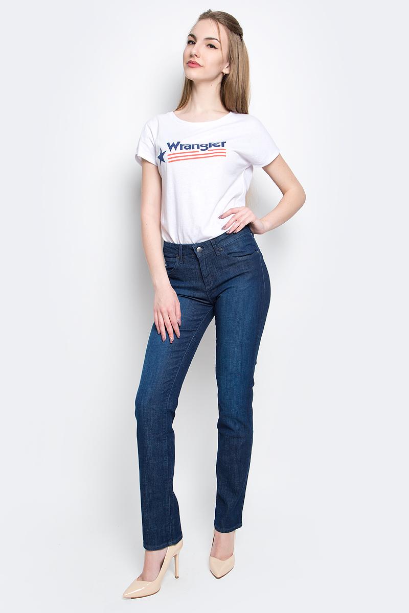Джинсы женские Wrangler, цвет: темно-синий. W28T9186N. Размер 26-32 (42-32)W28T9186NЖенские джинсы Wrangler выполнены из высококачественного эластичного хлопка с добавлением полиэстера. Прямые джинсы стандартной посадки застегиваются на пуговицу в поясе и ширинку на застежке-молнии, дополнены шлевками для ремня. Джинсы имеют классический пятикарманный крой: спереди модель дополнена двумя втачными карманами и одним маленьким накладным кармашком, а сзади - двумя накладными карманами. Джинсы украшены декоративными потертостями.