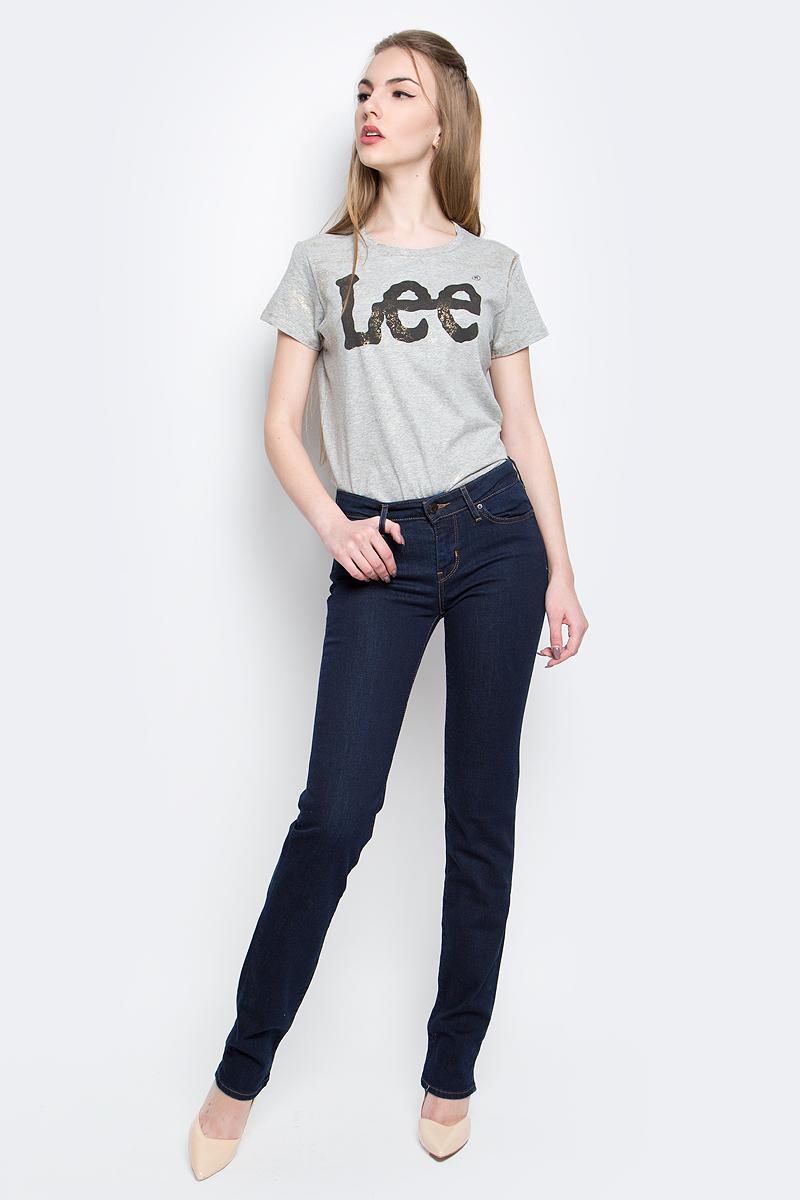 Джинсы2183400000Женские джинсы Levis® 714 выполнены из высококачественного эластичного хлопка с добавлением полиэстера. Джинсы прямого кроя и стандартной посадки застегиваются на пуговицу в поясе и ширинку на застежке-молнии, дополнены шлевками для ремня. Джинсы имеют классический пятикарманный крой: спереди модель дополнена двумя втачными карманами и одним маленьким накладным кармашком, а сзади - двумя накладными карманами. Модель украшена контрастной отстрочкой.