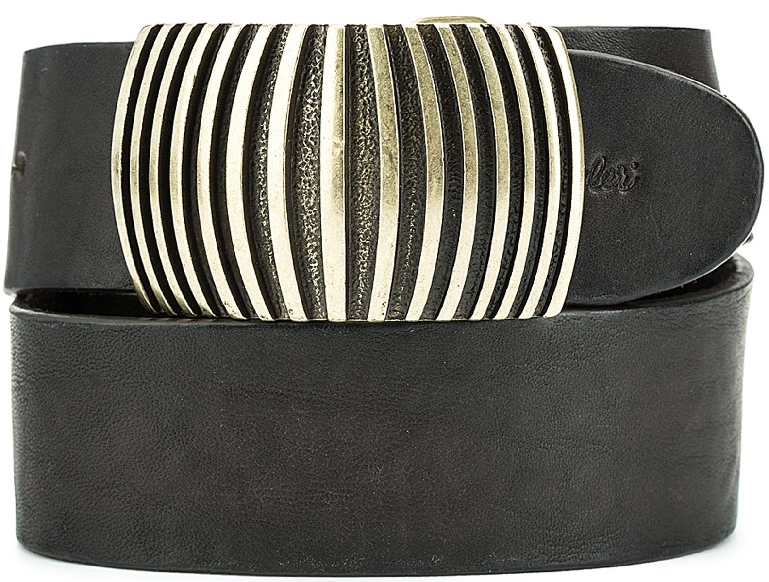РеменьW0A83UK85Стильный широкий ремень Wrangler выполнен из натуральной кожи. Металлическая пряжка, с помощью которой регулируется длина ремня, выполнена в оригинальном дизайне.
