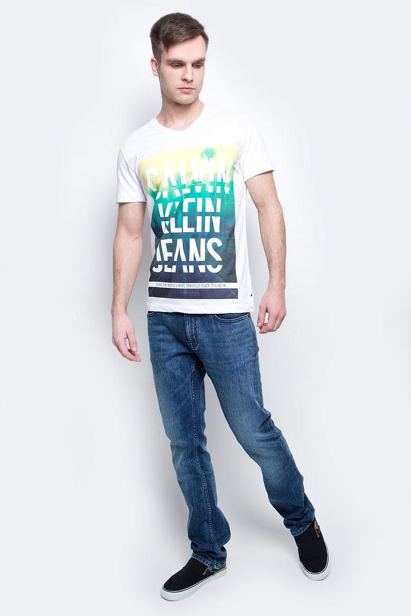 Футболка мужская Calvin Klein Jeans, цвет: белый. J30J304576_1120. Размер L (50/52)J30J304576_1120Мужская футболка Calvin Klein Jeans изготовлена из натурального хлопка. Модель с V-образной горловиной и короткими рукавами. Спереди футболка декорирована оригинальным принтом.