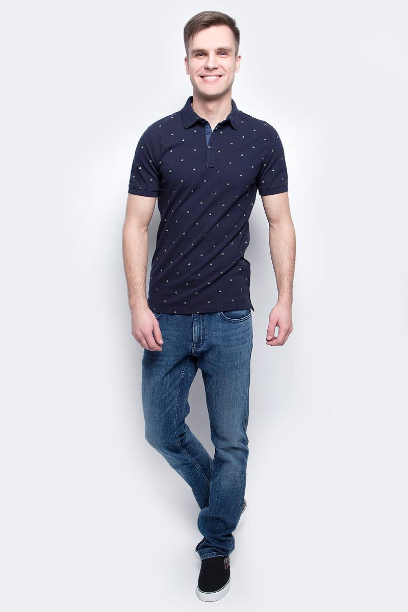 Поло мужское Calvin Klein Jeans, цвет: темно-синий. J30J305103_4020. Размер XXL (54/56)J30J305103_4020Мужское поло Calvin Klein Jeans изготовлено из хлопка с добавлением эластана. Классическая модель с короткими рукавами и отложным воротником застегивается спереди на три пуговицы. По бокам поло дополнено небольшими разрезами, спинка слегка удлинена.