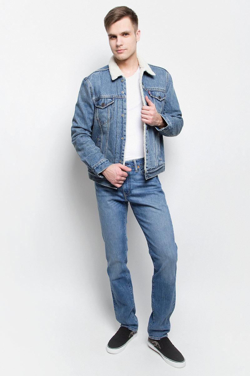 Куртка1636500290Стильная мужская джинсовая куртка Levis® - отличный вариант для прохладной погоды. Модель с отложным воротником и длинными рукавами застегивается на металлические кнопки с логотипом бренда. Подкладка и воротник выполнены из искусственного меха, имитирующего овчину. На груди куртка дополнена двумя прорезными карманами с клапанами на кнопках, один в нутренний без застежки. Внизу спереди расположены два открытых втачных кармана. Рукава оформлены манжетами, застегивающимися на кнопки. Ширина низа регулируется с помощью кнопок по бокам куртки.