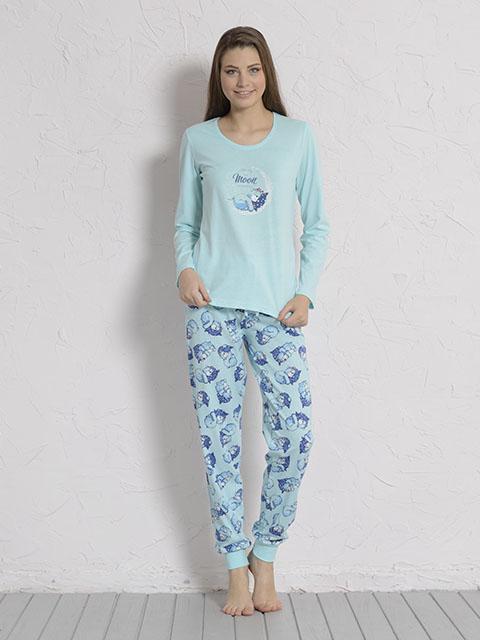 Пижама605140 6055Пижама женская Vienettas Secret исполнена из 100% хлопка. Лонгслив оформлен принтом с мишкой на луне. Брюки принтованы маленькими мишками и имеют завязки на талии, а так же текстильные резинки на щиколотках.