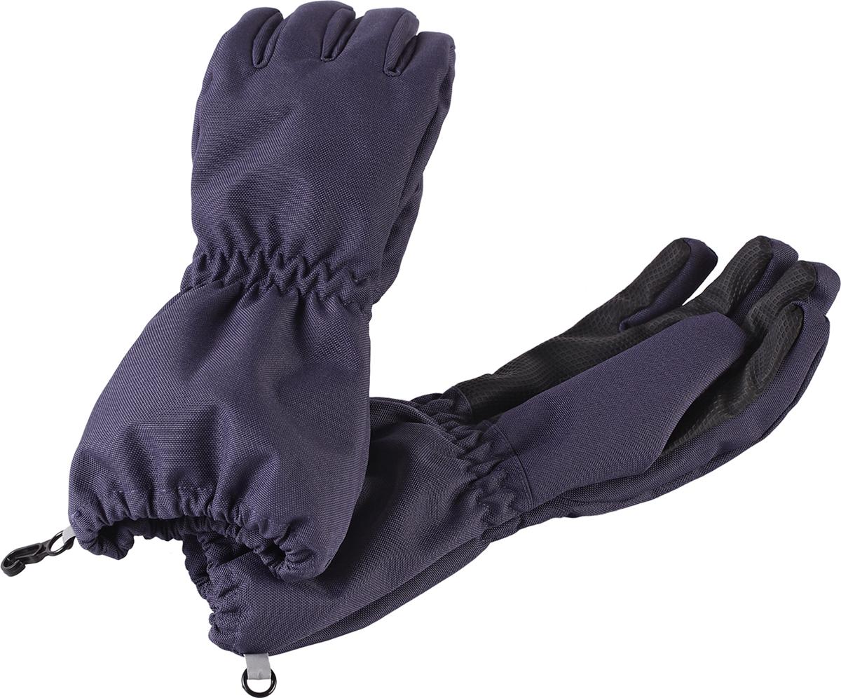 Перчатки детские7277019630Дышащие детские перчатки изготовлены из очень износостойкого и абсолютно водонепроницаемого материала. В них предусмотрена водонепроницаемая мембрана и трикотажная подкладка из полиэстера с начесом. Усиления на ладони, кончиках пальцев и на большом пальце позволяют крепко держать в руках разные сокровища, найденные во время весенних приключений на природе, а еще хорошо согревают ручки. Сверху снабжены светоотражающим элементом.