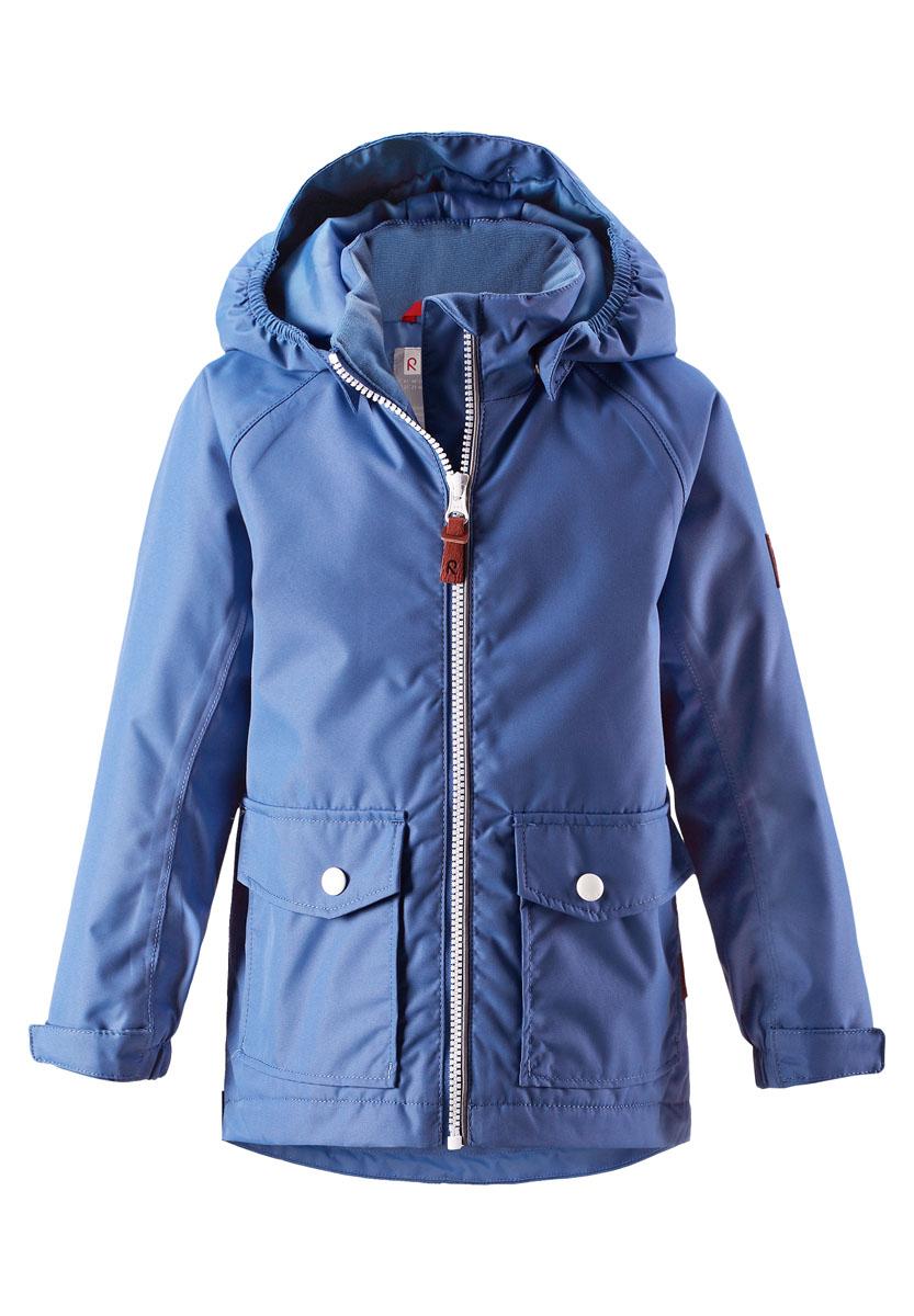 Куртка521485R655Куртка Reima исполнена из высокотехнологичной ткани не пропускающей влагу, но не препятствующей циркуляции воздуха. Мембранная ткань пропускает влагу наружу когда ребенок потеет, но не позволяет ей проникнуть внутрь, что отлично при активных играх.