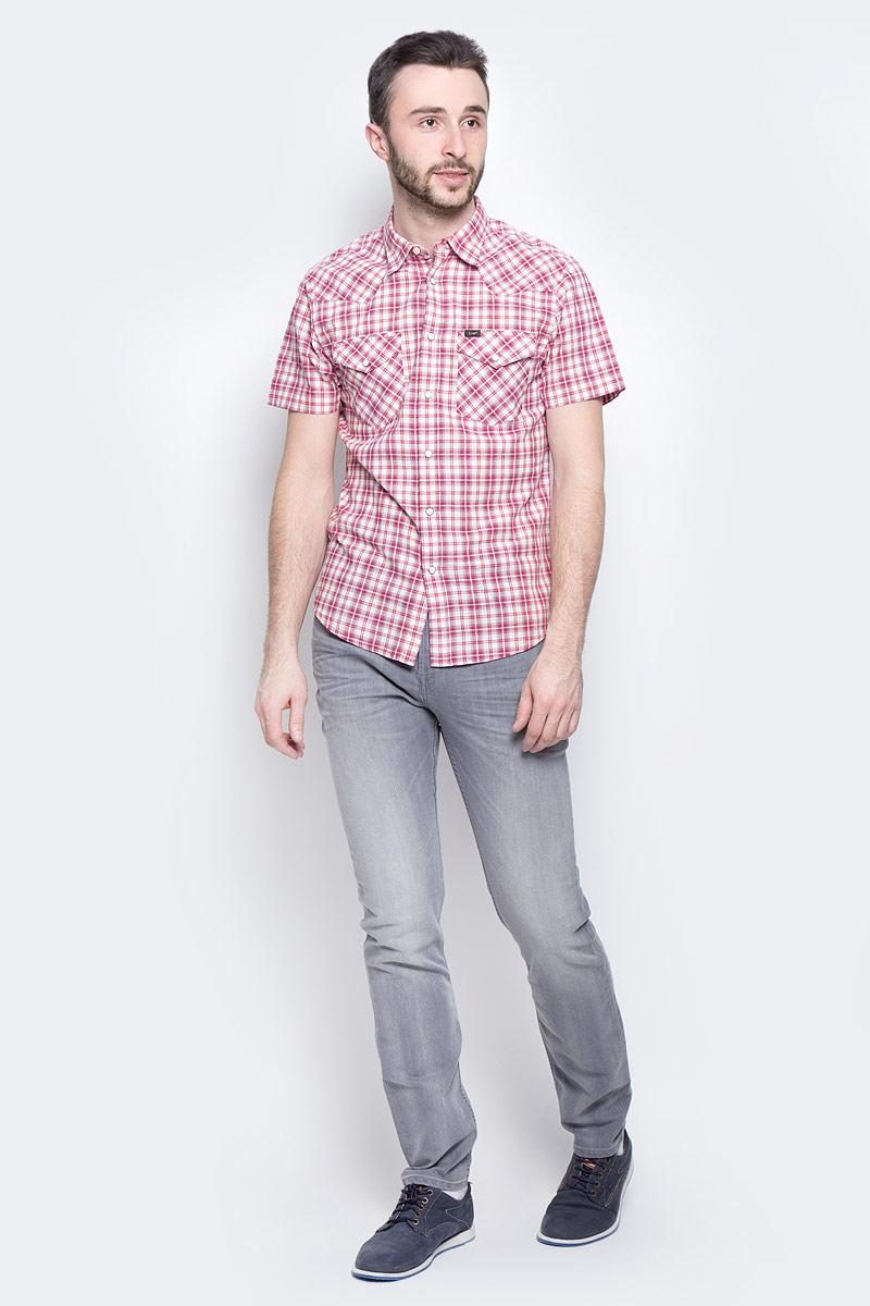 РубашкаL643IA01Мужская рубашка Lee Western Shirt изготовлена из натурального хлопка. Модель с короткими рукавами имеет на груди два накладных кармана под клапанами на кнопках. Рубашка застегивается на кнопки и верхнюю пуговицу. Низ модели слегка закруглен.