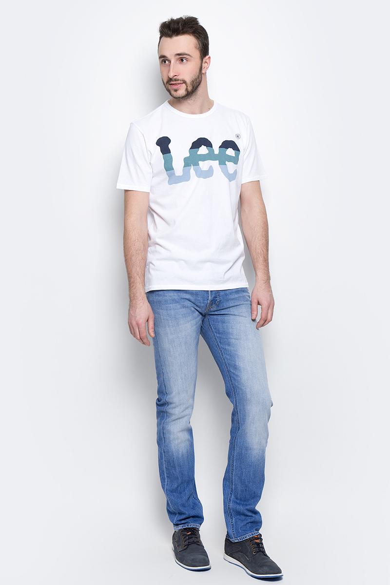 ДжинсыL706CDJXМужские джинсы Lee Daren выполнены из высококачественного эластичного хлопка. Прямые джинсы стандартной посадки застегиваются на пуговицу в поясе и ширинку на пуговицах, дополнены шлевками для ремня. Джинсы имеют классический пятикарманный крой: спереди модель дополнена двумя втачными карманами и одним маленьким накладным кармашком, а сзади - двумя накладными карманами. Джинсы украшены декоративными потертостями.