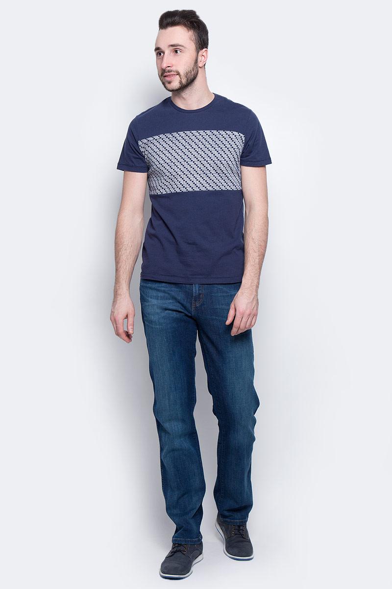 ФутболкаW7A56FK35Мужская футболка Wrangler Mod Graphic изготовлена из натурального хлопка. Модель выполнена с круглой горловиной и короткими рукавами. Спереди футболка декорирована вставкой с оригинальным графическим принтом.