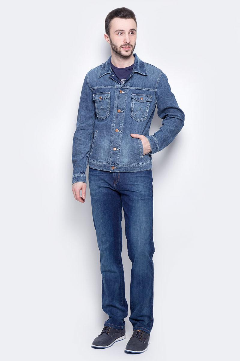 КурткаW443AV93WМужская джинсовая куртка Wrangler c длинными рукавами и отложным воротником выполнена из хлопка с добавлением льна. Модель застегивается на пуговицы спереди. Изделие имеет два накладных нагрудных кармана с клапанами на кнопках и два прорезных кармана спереди. Манжеты рукавов застегиваются на кнопки. Модель оформлена декоративными потертостями.