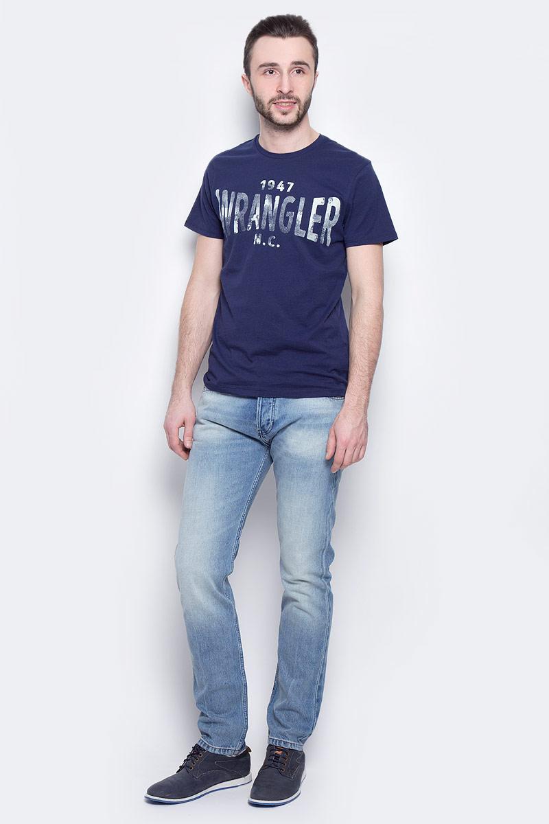 Джинсы мужские Wrangler Boyton, цвет: синий. W16EBZ91S. Размер 32-34 (48-34)W16EBZ91SМужские джинсы Wrangler Boyton выполнены из высококачественного натурального хлопка. Прямые джинсы стандартной посадки застегиваются на пуговицу в поясе и ширинку на пуговицах, дополнены шлевками для ремня. Джинсы имеют классический пятикарманный крой: спереди модель дополнена двумя втачными карманами и одним маленьким накладным кармашком, а сзади - двумя накладными карманами. Джинсы украшены стильными декоративными потертостями.