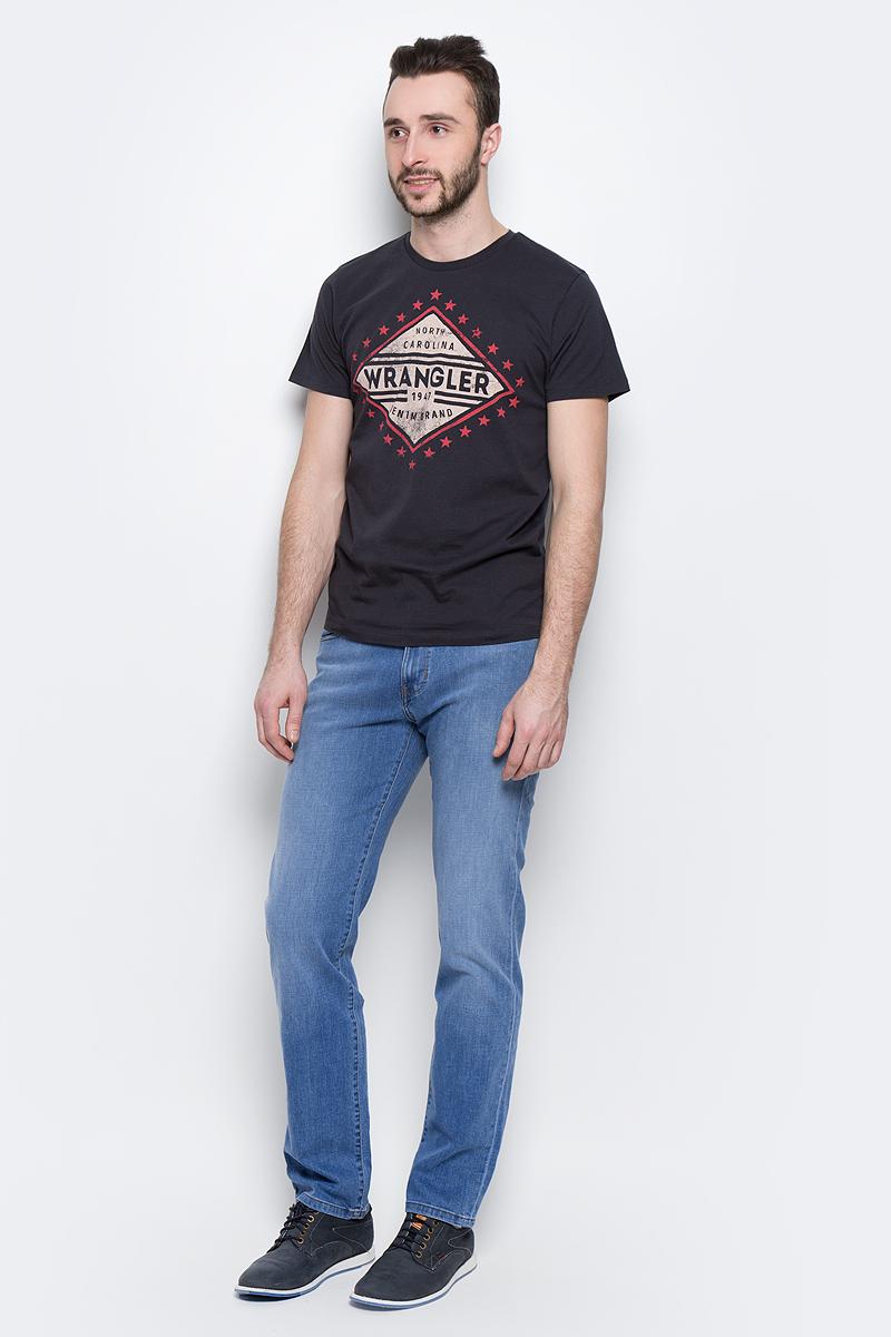 Джинсы мужские Wrangler Arizona, цвет: синий. W12ONJ91N. Размер 30-32 (46-32)W12ONJ91NМужские джинсы Wrangler Arizona выполнены из высококачественного эластичного хлопка. Классические джинсы прямого кроя и стандартной посадки застегиваются на пуговицу в поясе и ширинку на застежке-молнии, дополнены шлевками для ремня. Джинсы имеют классический пятикарманный крой: спереди модель дополнена двумя втачными карманами и одним маленьким накладным кармашком, а сзади - двумя накладными карманами. Джинсы украшены декоративными потертостями.
