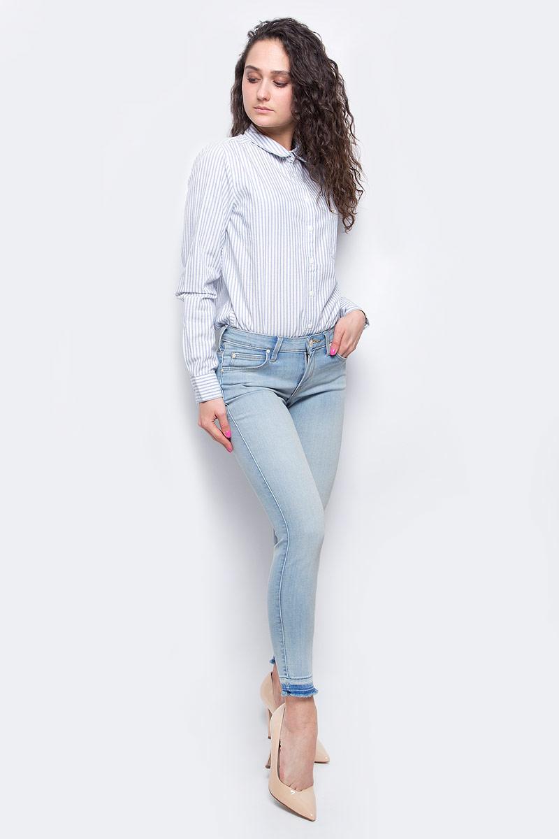 Джинсы женские Lee, цвет: голубой. L526PFOM. Размер 27-31 (42/44-31)L526PFOMУкороченные женские джинсы Lee Scarlett выполнены из высококачественного эластичного хлопка с добавлением полиэстера. Джинсы-скинни стандартной посадки застегиваются на пуговицу в поясе и ширинку на застежке-молнии, дополнены шлевками для ремня. Джинсы имеют классический пятикарманный крой: спереди модель дополнена двумя втачными карманами и одним маленьким накладным кармашком, а сзади - двумя накладными карманами. Джинсы украшены декоративными потертостями, низ брючин имеет эффект необработанного края.