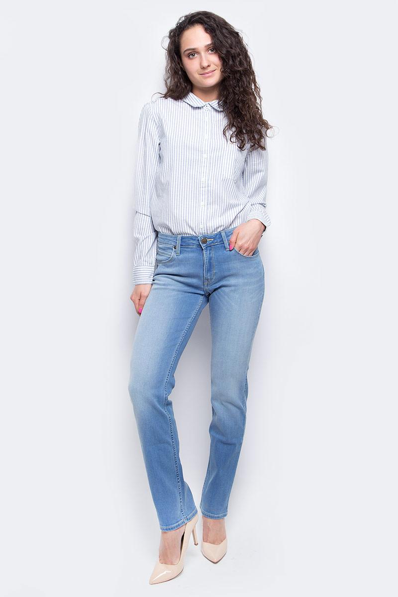 ДжинсыL301AHYGЖенские джинсы Lee Marion Straight выполнены из высококачественного эластичного хлопка с добавлением полиэстера. Джинсы прямого кроя и стандартной посадки застегиваются на пуговицу в поясе и ширинку на застежке-молнии, дополнены шлевками для ремня. Джинсы имеют классический пятикарманный крой: спереди модель дополнена двумя втачными карманами и одним маленьким накладным кармашком, а сзади - двумя накладными карманами. Джинсы украшены декоративными потертостями.