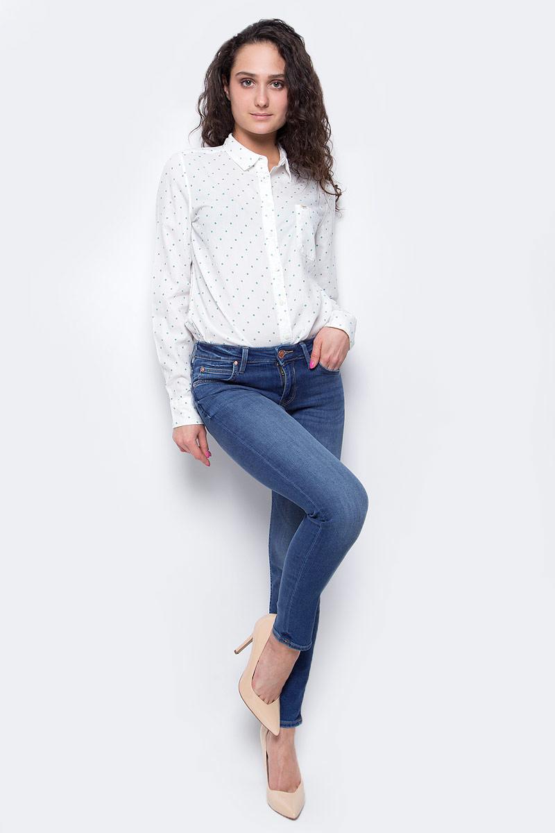 ДжинсыL526HAOEУкороченные женские джинсы Lee Scarlett выполнены из высококачественного эластичного хлопка с добавлением полиэстера. Джинсы-скинни стандартной посадки застегиваются на пуговицу в поясе и ширинку на застежке-молнии, дополнены шлевками для ремня. Джинсы имеют классический пятикарманный крой: спереди модель дополнена двумя втачными карманами и одним маленьким накладным кармашком, а сзади - двумя накладными карманами. Джинсы украшены декоративными потертостями и перманентными складками.