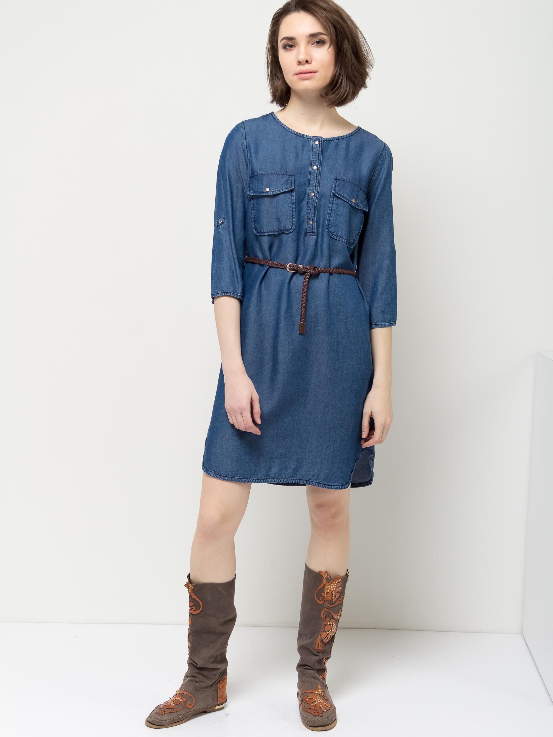 Платье Sela, цвет: синий джинс. Dj-137/012-7161. Размер 50Dj-137/012-7161Стильное платье Sela выполнено из легкого материала, имитирующего джинс. Модель А-силуэта с круглым вырезом горловины и рукавами 3/4 застегивается на кнопки до середины груди и дополнена двумя накладными карманами с клапанами. Линию талии подчеркивает входящий в комплект плетеный ремешок из искусственной кожи. Рукава можно подвернуть и зафиксировать при помощи хлястиков на пуговицах. Платье миди-длины подойдет для прогулок и дружеских встреч и станет отличным дополнением гардероба. Мягкая ткань на основе вискозы комфортна и приятна на ощупь.