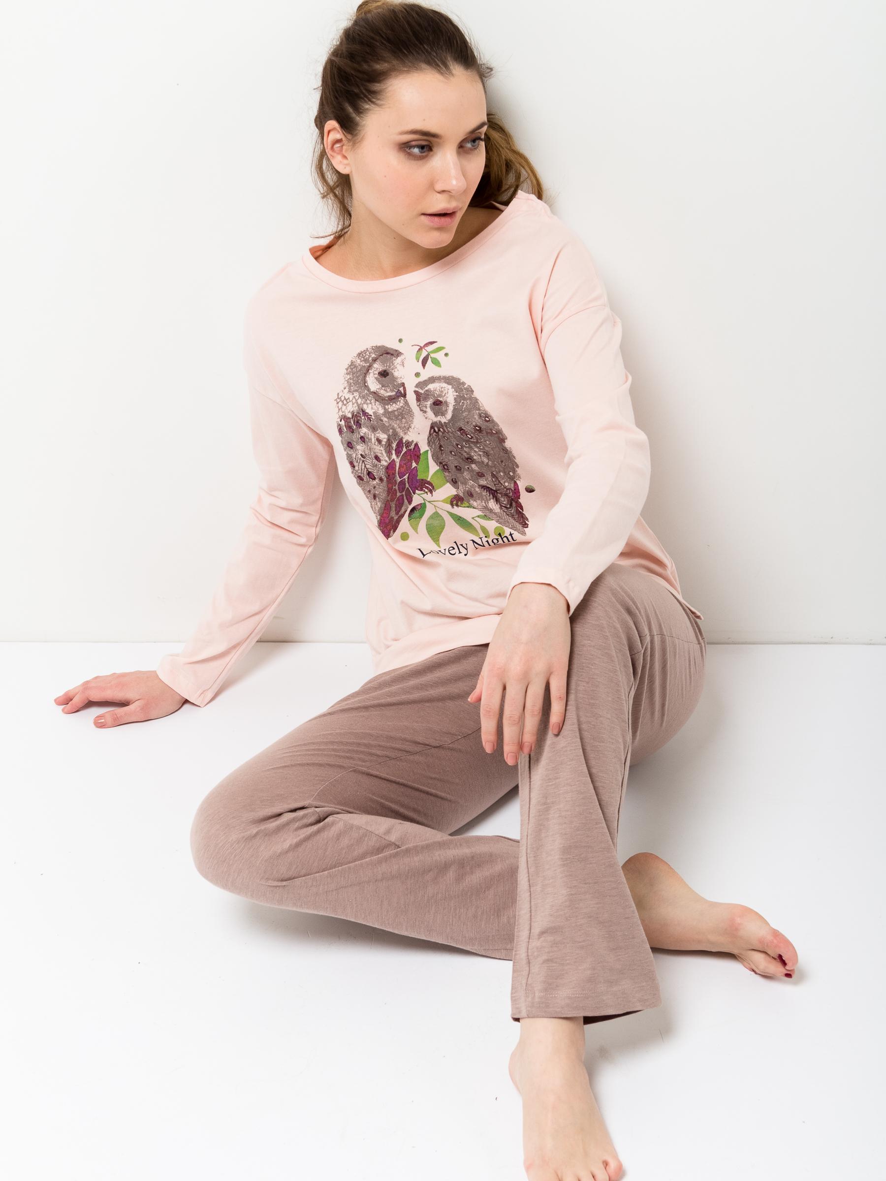 Пижама женская Sela, цвет: сливочный. PYb-162/018-7100. Размер M (46)PYb-162/018-7100Уютная женская пижама Sela, состоящая из лонгслива и брюк, станет отличным дополнением к домашнему гардеробу. Пижама изготовлена из натурального хлопка, благодаря чему она приятна на ощупь и комфортна в носке. Лонгслив прямого кроя со спущенным плечом оформлен ярким принтом. Круглый вырез горловины дополнен мягкой эластичной бейкой. Однотонные брюки прямого кроя имеют пояс на широкой резинке, дополнительно регулируемый шнурком.