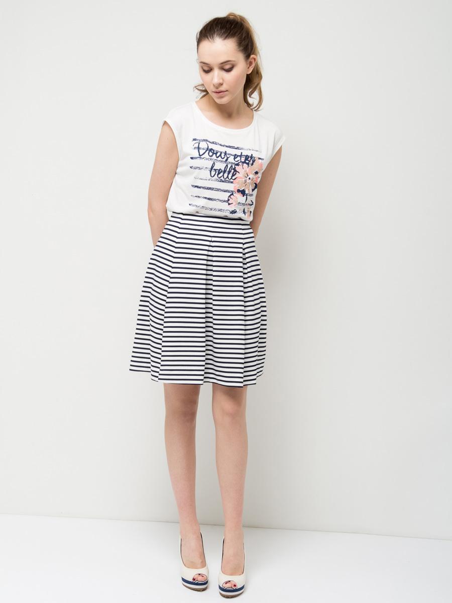 ФутболкаTs-111/768-7172Модная женская футболка Sela выполнена из легкого качественного материала и оформлена ярким цветочным принтом. Модель приталенного кроя с разрезами по бокам и короткими цельнокроеными рукавами подойдет для прогулок и дружеских встреч и будет отлично сочетаться с джинсами и брюками, а также гармонично смотреться с юбками. Мягкая ткань на основе полиэстера и вискозы комфортна и приятна на ощупь. Воротник изделия дополнен мягкой эластичной бейкой.