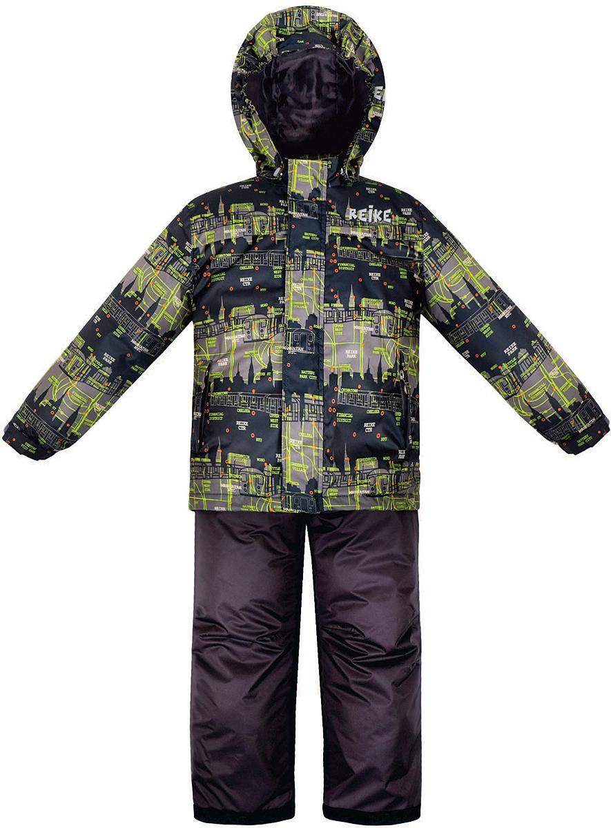 Комплект верхней одежды36 938 220_Subway blueКомплект для мальчика Reike Метро состоит из куртки, декорированной принтом в городской стилистике, и однотонного полукомбинезона. Комплект выполнен из ветрозащитной, водонепроницаемой и дышащей мембранной ткани на подкладке со вставками из микрофлиса (спинка, грудь куртки). Куртка дополнена съемным регулирующимся капюшоном, тремя карманами и светоотражателями. Ветрозащитная планка на кнопках и липучках вдоль молнии не допустит проникновения холодного воздуха. Завышенная талия и регулируемые подтяжки полукомбинезона гарантируют удобную посадку по фигуре. Низ усилен защитой от истирания. Оснащены двумя боковыми карманами на молнии, а также съемными штрипками. Особенности комплекта: - базовый уровень; - коэффициент воздухопроницаемости: 2000гр/м2/24 ч; - водоотталкивающее покрытие: 2000 мм.