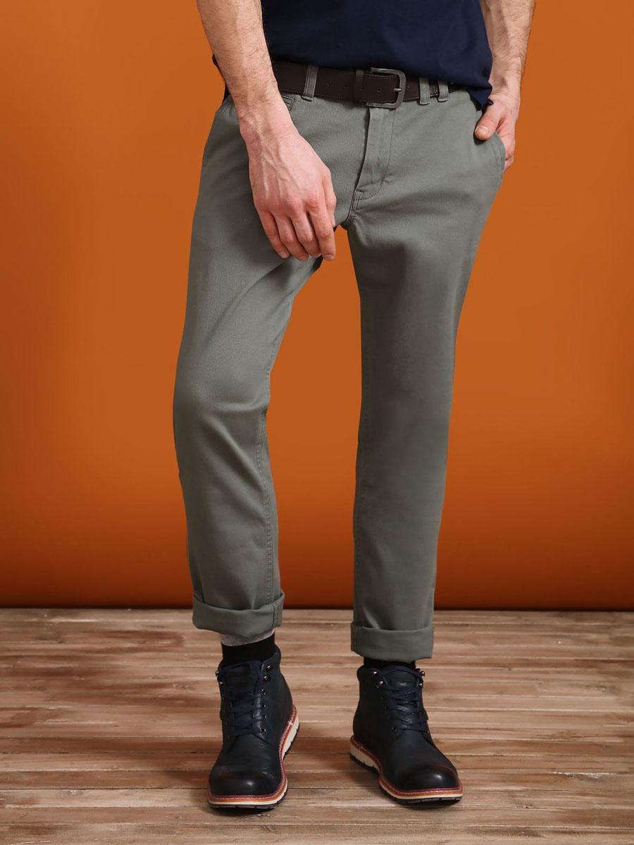 БрюкиSSP2407ZIСтильные мужские брюки Top Secret - брюки высочайшего качества на каждый день, которые прекрасно сидят. Модель изготовлена из высококачественного хлопка и эластана. Застегиваются брюки на пуговицу в поясе и ширинку на молнии, имеются шлевки для ремня. Эти модные и в тоже время комфортные брюки послужат отличным дополнением к вашему гардеробу. В них вы всегда будете чувствовать себя уютно и комфортно.