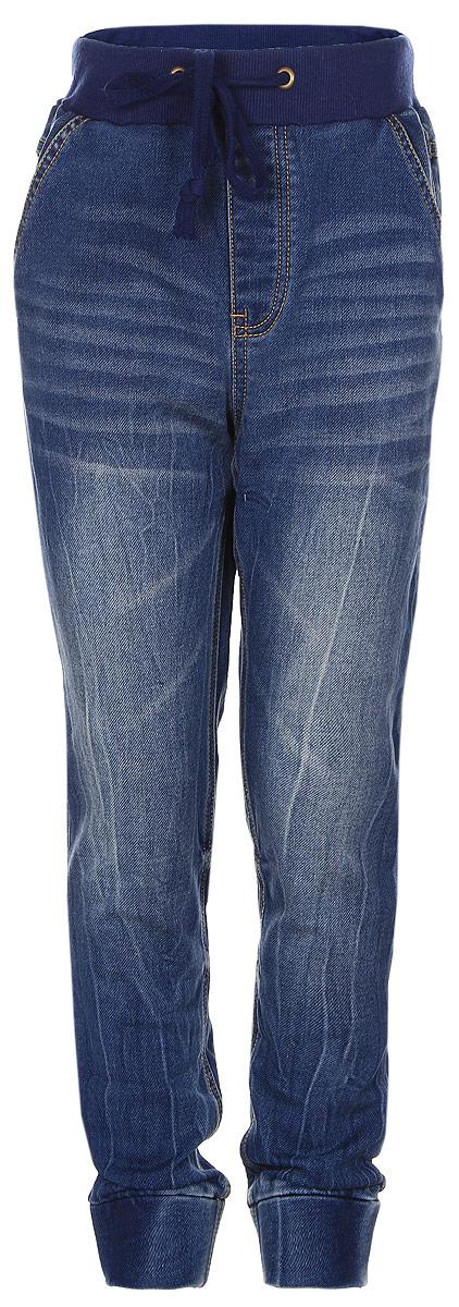 Джинсы171103Практичные джинсы для мальчика PlayToday изготовлены из хлопка с добавлением полиэстера и эластана. Джинсы на талии имеют широкую эластичную резинку и утягивающие завязки. Имеется имитация ширинки. Спереди джинсы дополнены двумя карманами со скошенными краями, а сзади - большим накладным карманом. Модель оформлена эффектом потертости. Низ брючин дополнен широкими плотными манжетами.