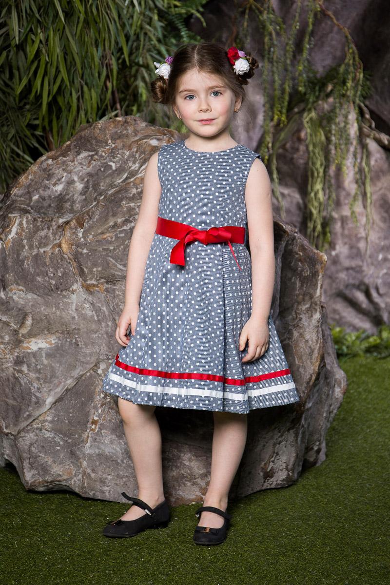 Платье для девочки Sweet Berry, цвет: синий. 714103. Размер 104714103Классическое платье для девочки Sweet Berry выполнено из натурального хлопка и оформлено принтом в мелкую полоску и горошек. Модель средней длины с пышной юбкой-солнцем застегивается сзади на потайную застежку-молнию. Линию талии подчеркивает текстильный поясок контрастного цвета, спереди дополненный бантиком. Низ платья декорирован контрастными лентами.
