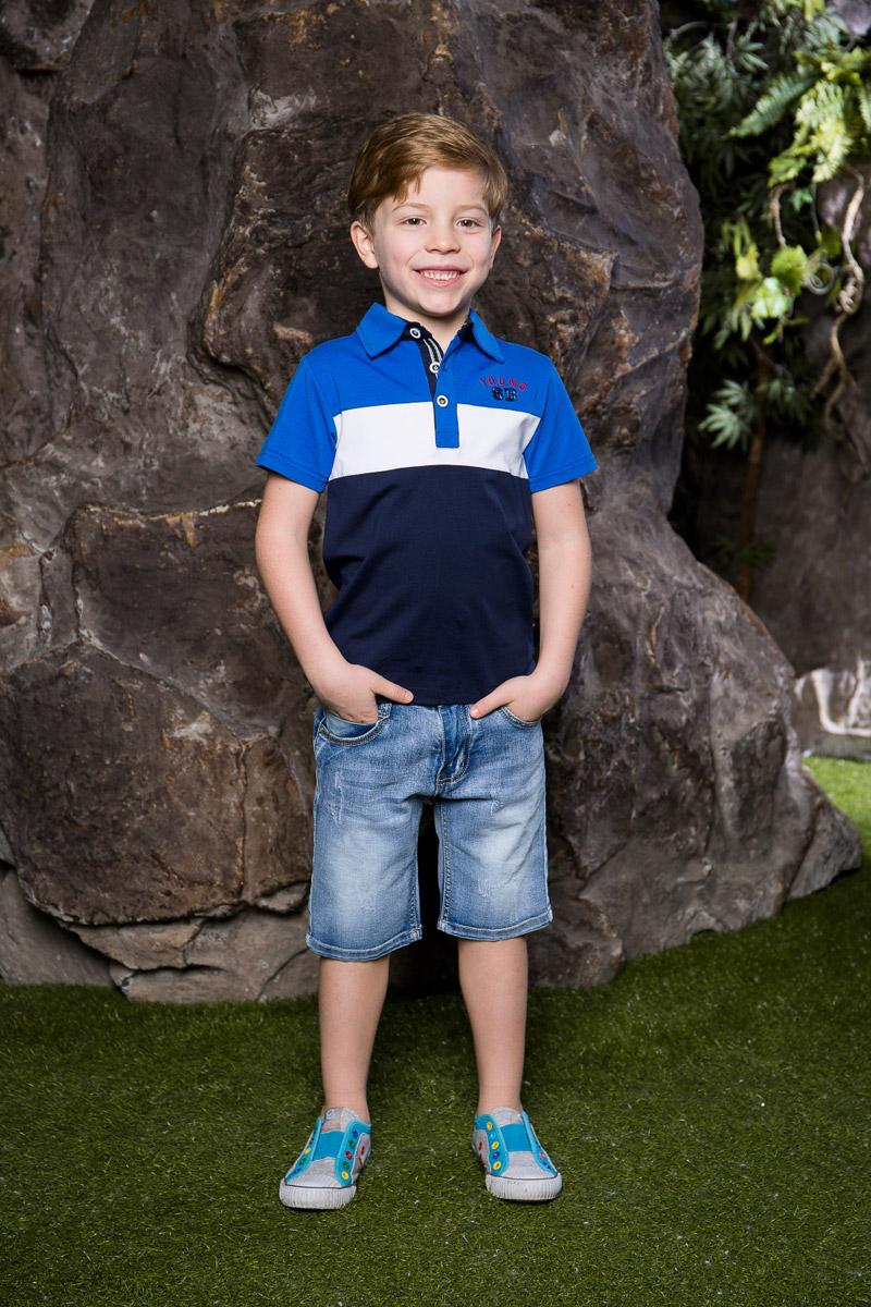 Футболка-поло для мальчика Sweet Berry, цвет: синий. 713017. Размер 110713017Стильная футболка-поло для мальчика Sweet Berry, выполненная из качественного эластичного хлопка, станет отличным дополнением к детскому гардеробу. Модель свободного кроя с удлиненной спинкой и боковыми разрезами застегивается на пуговицы и оформлена фирменной вышивкой.