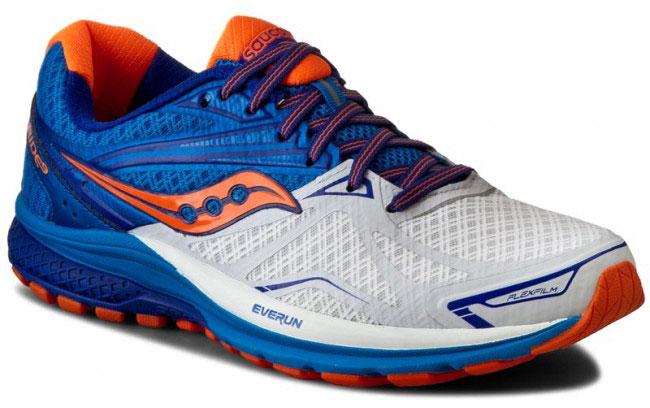 КроссовкиS20318-5Мужские кроссовки для бега Saucony Ride 9 выполнены из сетчатого текстиля, который хорошо пропускает воздух и обеспечивает оптимальную вентиляцию. Шнуровка надежно фиксирует модель на ноге. Внутренняя подкладка, выполненная по технологии RunDry, впитывает влагу и обеспечивает комфорт во время бега. Для поддержания стопы при движении используется прочный и легкий материал FlexFilm. Подошва с технологией TRI-Flex и специальная вставка IBR+ помогают равномерно распределять нагрузку во время бега. Модель Ride 9, благодаря вставке EVERUN, обеспечивает более плавное приземление в пятке и уменьшает давление в передней части стопы. Износоустойчивая подошва класса XT-900 дополнена рельефным рисунком, который способствует отличному сцеплению с поверхностью.