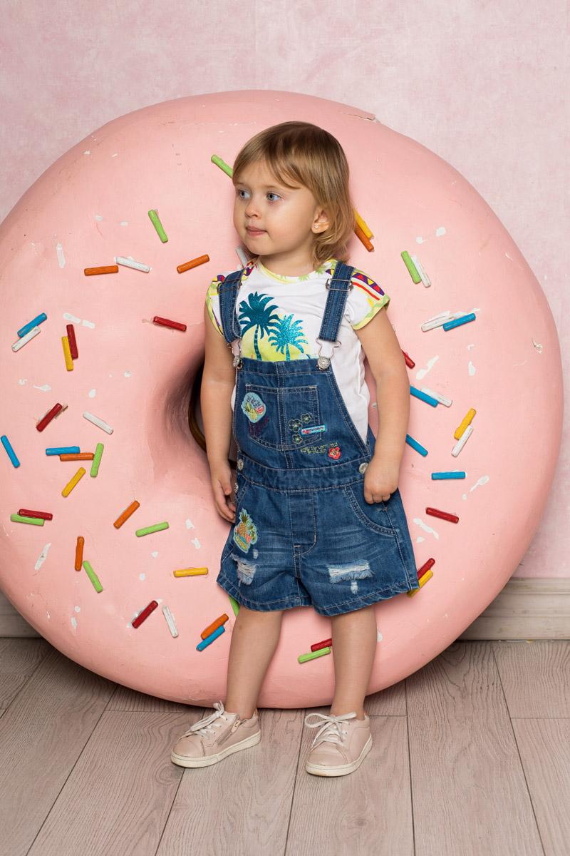 Полукомбинезон712080Стильный джинсовый полукомбинезон для девочки Sweet Berry выполнен из натурального хлопка с эффектом потертостей и разрывов и оформлен аппликациями и вышивкой. Модель имеет регулируемые бретели и застегивается на пуговицы по бокам. Изделие дополнено накладным карманом на груди, двумя втачными карманами по бокам и двумя накладными карманами сзади.