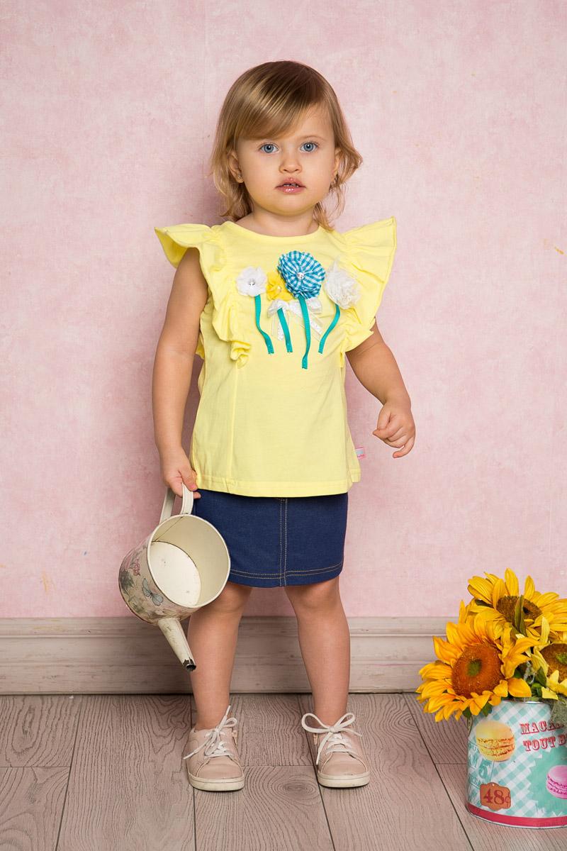 Футболка712014Яркая футболка для девочки Sweet Berry, выполненная из качественного эластичного хлопка, станет отличным дополнением к детскому гардеробу. Модель с круглым вырезом горловины оформлена воланами на плечах и объемной цветочной аппликацией. Воротник дополнен мягкой эластичной бейкой.