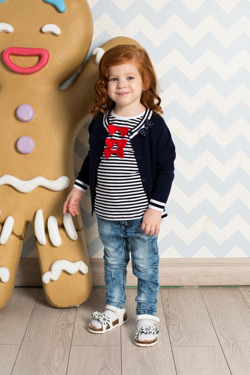 Футболка712059Яркая футболка для девочки Sweet Berry выполнена из качественного эластичного хлопка в полоску. Модель с круглым вырезом горловины и короткими рукавами оформлена тремя объемными бантиками. Воротник дополнен мягкой эластичной бейкой.