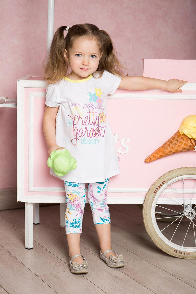 Футболка для девочки Sweet Berry Baby, цвет: белый. 712013. Размер 86712013Яркая удлиненная футболка для девочки Sweet Berry выполнена из качественного эластичного хлопка. Модель свободного кроя с круглым вырезом горловины и рукавами-фонариками оформлена оригинальным принтом. Воротник дополнен мягкой эластичной бейкой контрастного цвета.