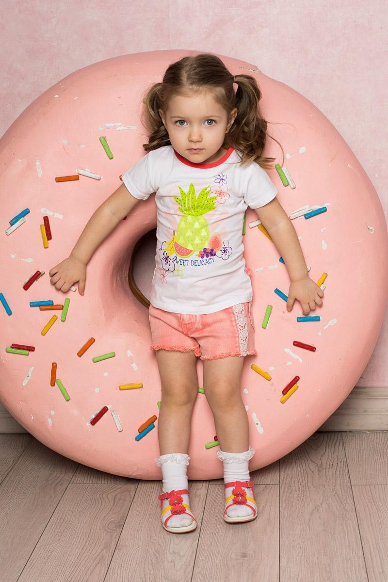 Футболка712069Яркая футболка для девочки Sweet Berry выполнена из качественного эластичного хлопка. Модель с круглым вырезом горловины и короткими рукавами оформлена оригинальным принтом, стразами и глиттерной надписью. Воротник дополнен мягкой эластичной бейкой контрастного цвета.