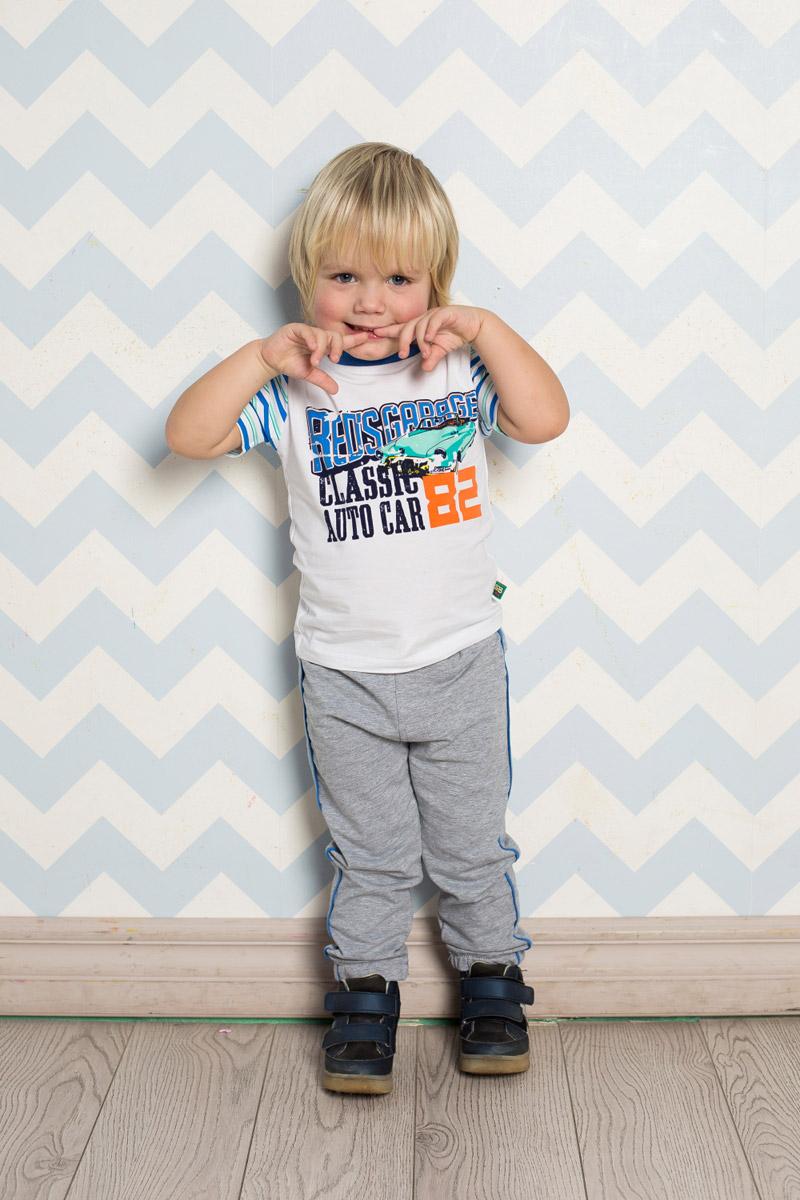 Футболка711009Яркая футболка для мальчика Sweet Berry, выполненная из качественного эластичного хлопка, станет отличным дополнением к детскому гардеробу. Модель с круглым вырезом горловины и полосатыми рукавами оформлена стилизованным принтом, выполненным в технике кракелюр. Воротник дополнен мягкой трикотажной резинкой контрастного цвета.