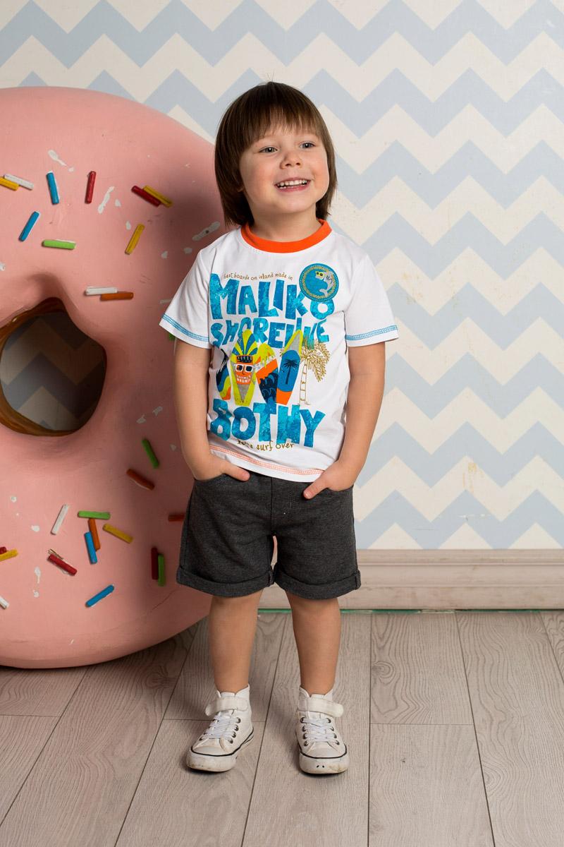 Футболка711017Яркая футболка для мальчика Sweet Berry, выполненная из качественного эластичного хлопка, станет отличным дополнением к детскому гардеробу. Модель с круглым вырезом горловины оформлена оригинальным принтом и декоративной отстрочкой цветной нитью. Воротник дополнен мягкой трикотажной резинкой контрастного цвета.