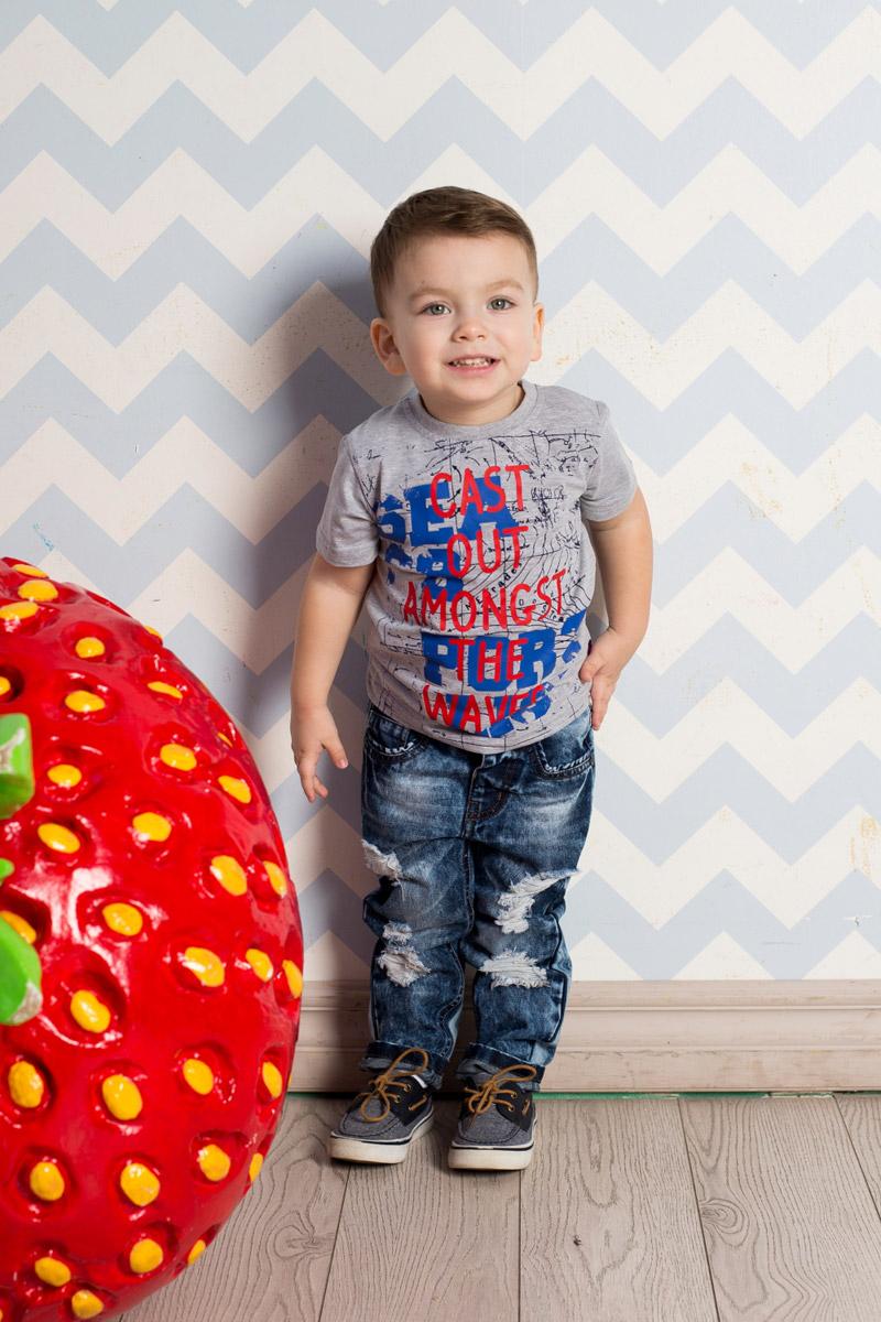 Футболка для мальчика Sweet Berry Baby, цвет: серый меланж. 711084. Размер 92711084Яркая футболка для мальчика Sweet Berry, выполненная из качественного эластичного хлопка, станет отличным дополнением к детскому гардеробу. Модель с круглым вырезом горловины оформлена оригинальным принтом. Воротник дополнен мягкой трикотажной резинкой.