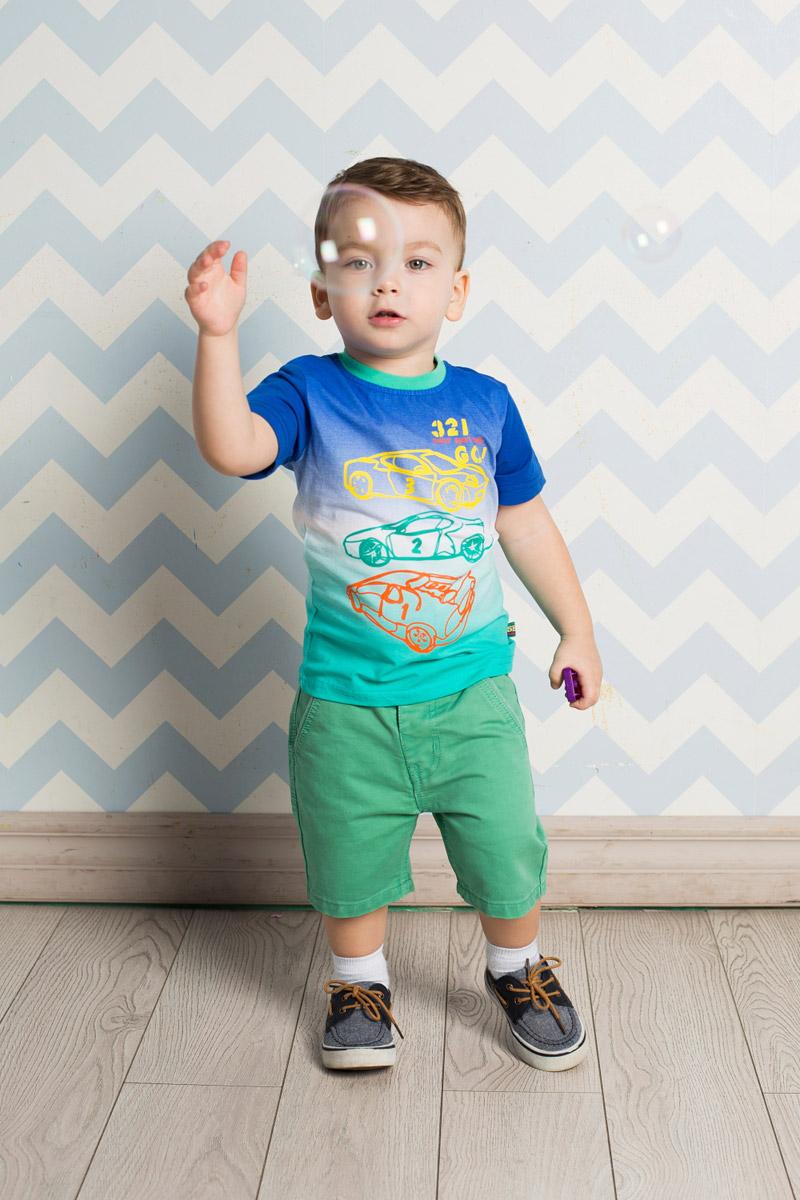 Футболка для мальчика Sweet Berry Baby, цвет: синий, зеленый. 711006. Размер 98711006Яркая футболка для мальчика Sweet Berry, выполненная из качественного эластичного хлопка градиентного цвета, станет отличным дополнением к детскому гардеробу. Модель с круглым вырезом горловины оформлена контурным изображением машин. Воротник дополнен мягкой трикотажной резинкой контрастного цвета.