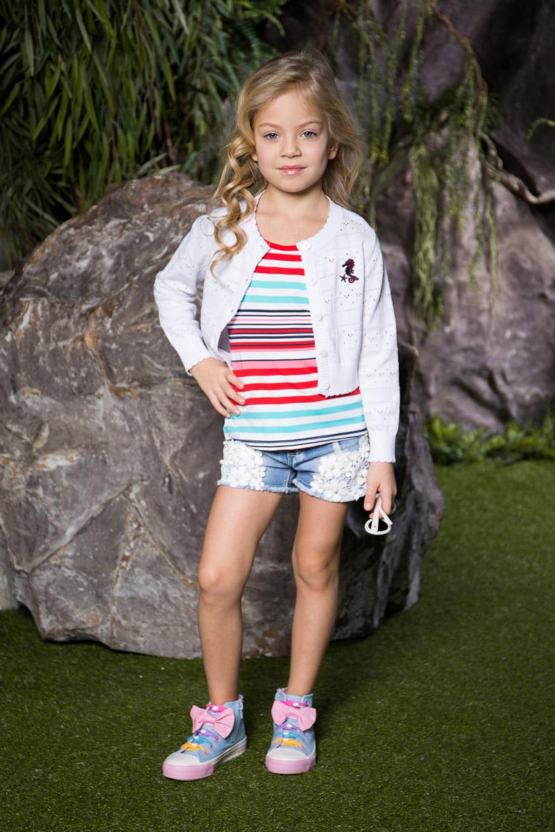 Шорты714235Стильные джинсовые шорты для девочки Sweet Berry выполнены из качественного хлопкового материала с эффектом потертостей и оформлены кружевным плетением с бусинами. Шорты стандартной посадки на талии застегиваются на пуговицу и имеют ширинку на застежке-молнии. На поясе имеются шлевки для ремня. С внутренней стороны пояс дополнен вшитыми эластичными лентами, регулирующими посадку по талии. Модель имеет два втачных и один накладной кармашек спереди и два накладных кармана сзади.