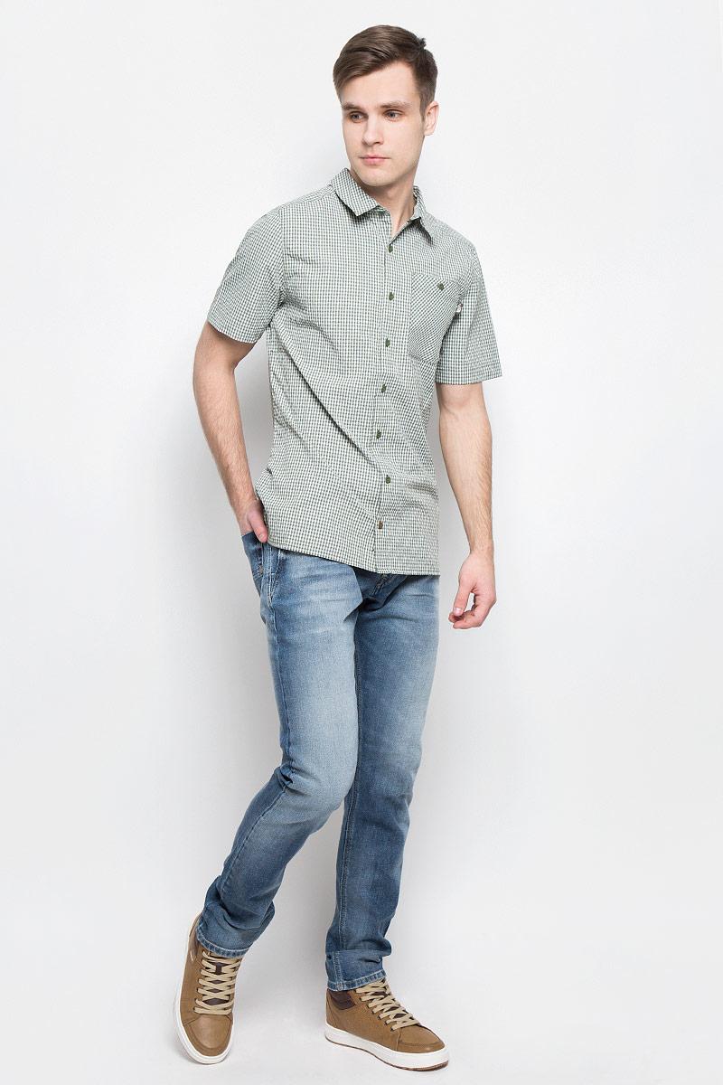 РубашкаT0CD5ZEXSСтильная мужская рубашка The North Face, изготовленная из нейлона с полиэстером, необычайно мягкая и приятная на ощупь, не сковывает движения и позволяет коже дышать, обеспечивая наибольший комфорт. Рубашка со степенью защиты от ультрафиолета UPF50 подходит для путешествий - отличный вариант для природы и не только. Модная рубашка с отложным воротником и короткими рукавами застегивается на пластиковые пуговицы по всей длине изделия. По бокам предусмотрены разрезы. Смещенные швы на плечах обеспечивают удобство ношения рюкзака. Модель оформлена принтом в клетку и на груди слева дополнена накладным карманом на пуговице. Эта рубашка идеальный вариант для повседневного гардероба. Такая модель порадует настоящих ценителей комфорта и практичности!