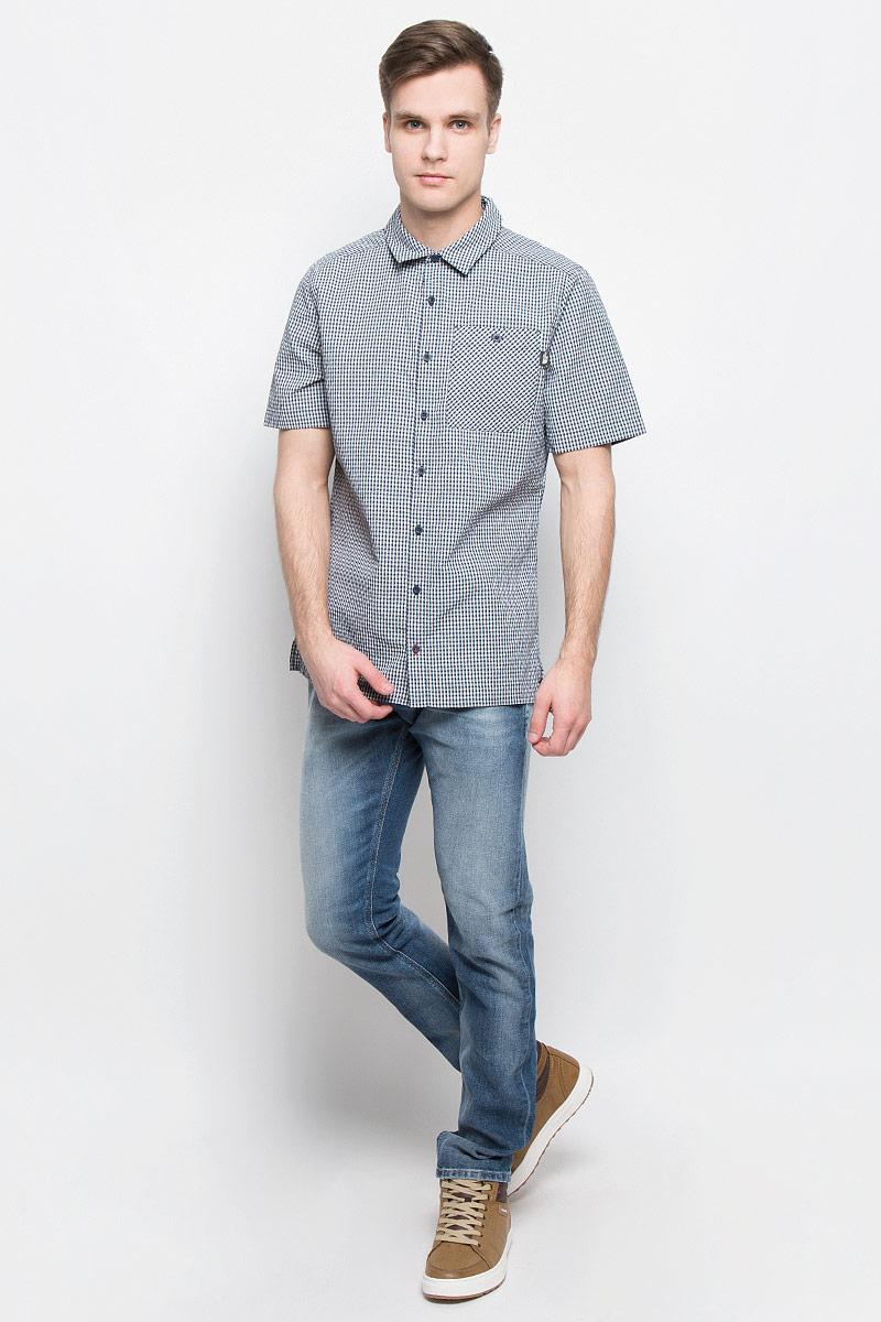 Рубашка мужская The North Face M S/S Hypress, цвет: темно-синий, белый. T0CD5ZH2G. Размер M (50)T0CD5ZH2GСтильная мужская рубашка The North Face, изготовленная из нейлона с полиэстером, необычайно мягкая и приятная на ощупь, не сковывает движения и позволяет коже дышать, обеспечивая наибольший комфорт. Рубашка со степенью защиты от ультрафиолета UPF50 подходит для путешествий - отличный вариант для природы и не только.Модная рубашка с отложным воротником и короткими рукавами застегивается на пластиковые пуговицы по всей длине изделия. По бокам предусмотрены разрезы. Смещенные швы на плечах обеспечивают удобство ношения рюкзака. Модель оформлена принтом в клетку и на груди слева дополнена накладным карманом на пуговице. Эта рубашка идеальный вариант для повседневного гардероба.Такая модель порадует настоящих ценителей комфорта и практичности!