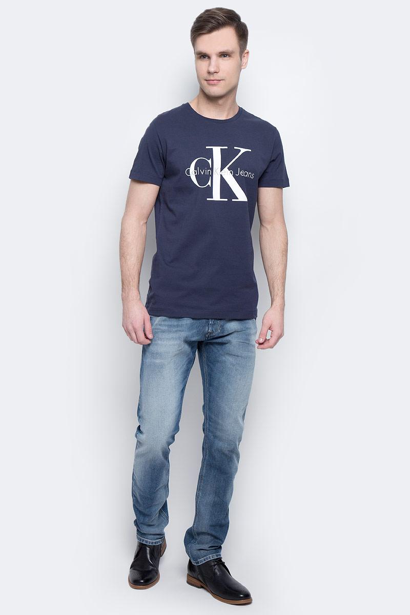 ФутболкаJ30J304336_4020Мужская футболка Calvin Klein Jeans изготовлена из натурального хлопка. Модель выполнена с круглой горловиной и короткими рукавами. Футболка декорирована крупным принтом с названием бренда.