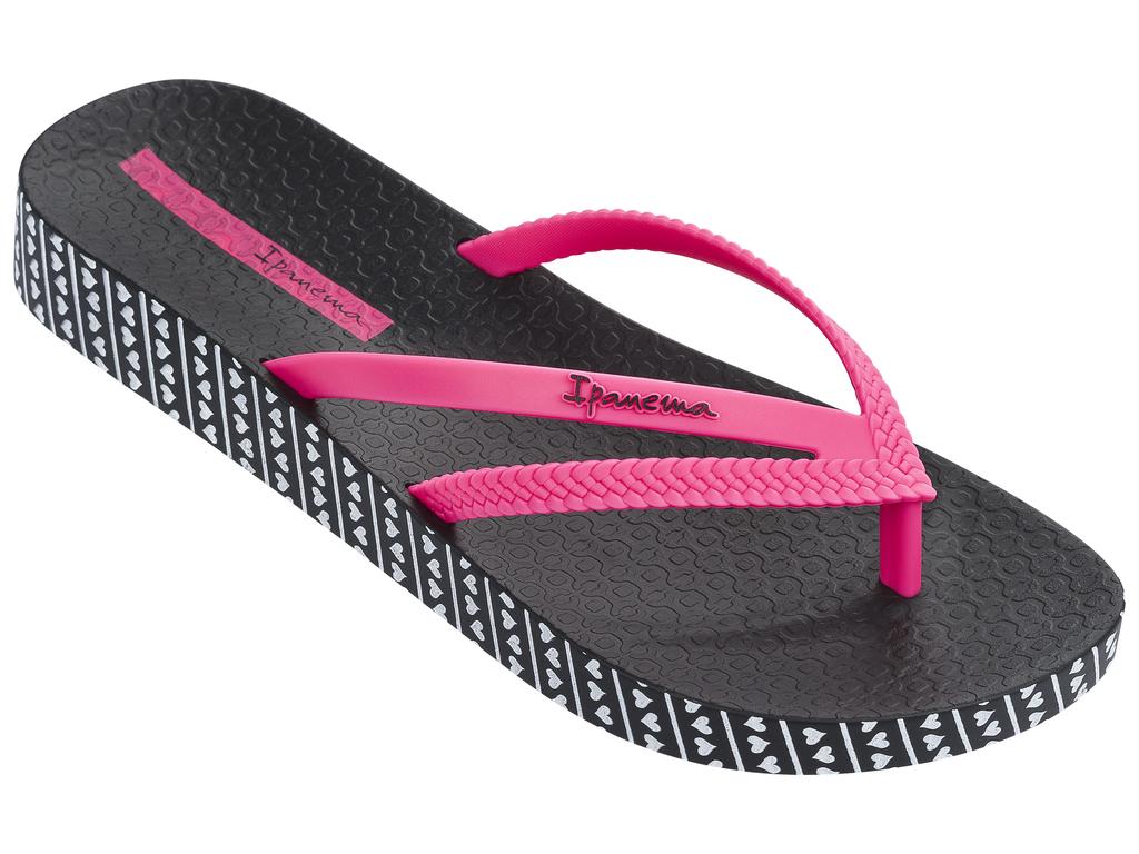 Сланцы82064-22883Очень легкие сланцы от Ipanema придутся вам по душе. Модель выполнена из поливинилхлорида и оформлена на ремешке логотипом бренда. Ремешки с перемычкой надежно зафиксируют модель на ноге. Стелька модели оформлена логотипом бренда. Вокруг подошвы нанесен рисунок в виде сердечек. Подошва с рифлением обеспечивает надежное сцепление с любой поверхностью. Удобные сланцы прекрасно подойдут для похода в бассейн или на пляж.