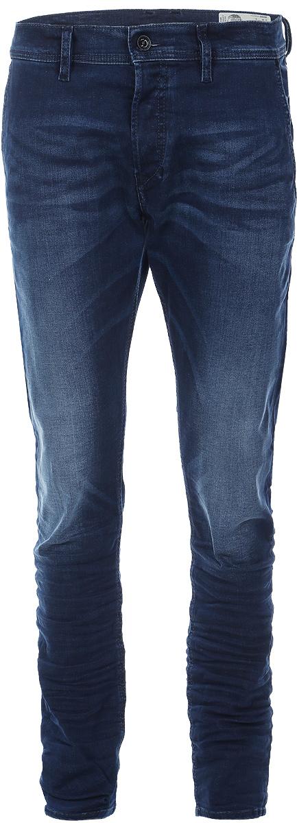Джинсы00CQ9H-0859W/01Стильные мужские джинсы Diesel - джинсы высочайшего качества на каждый день, которые прекрасно сидят. Модель изготовлена из хлопка с добавлением эластана, имеет прямой крой и среднюю посадку. Застегиваются джинсы на пуговицу в поясе и ширинку на пуговицах, на поясе имеются шлевки для ремня. Спереди модель дополнена двумя втачными карманами, а сзади - двумя накладными карманами. Изделие оформлено потертостями. Эти модные и в то же время комфортные джинсы послужат отличным дополнением к вашему гардеробу.