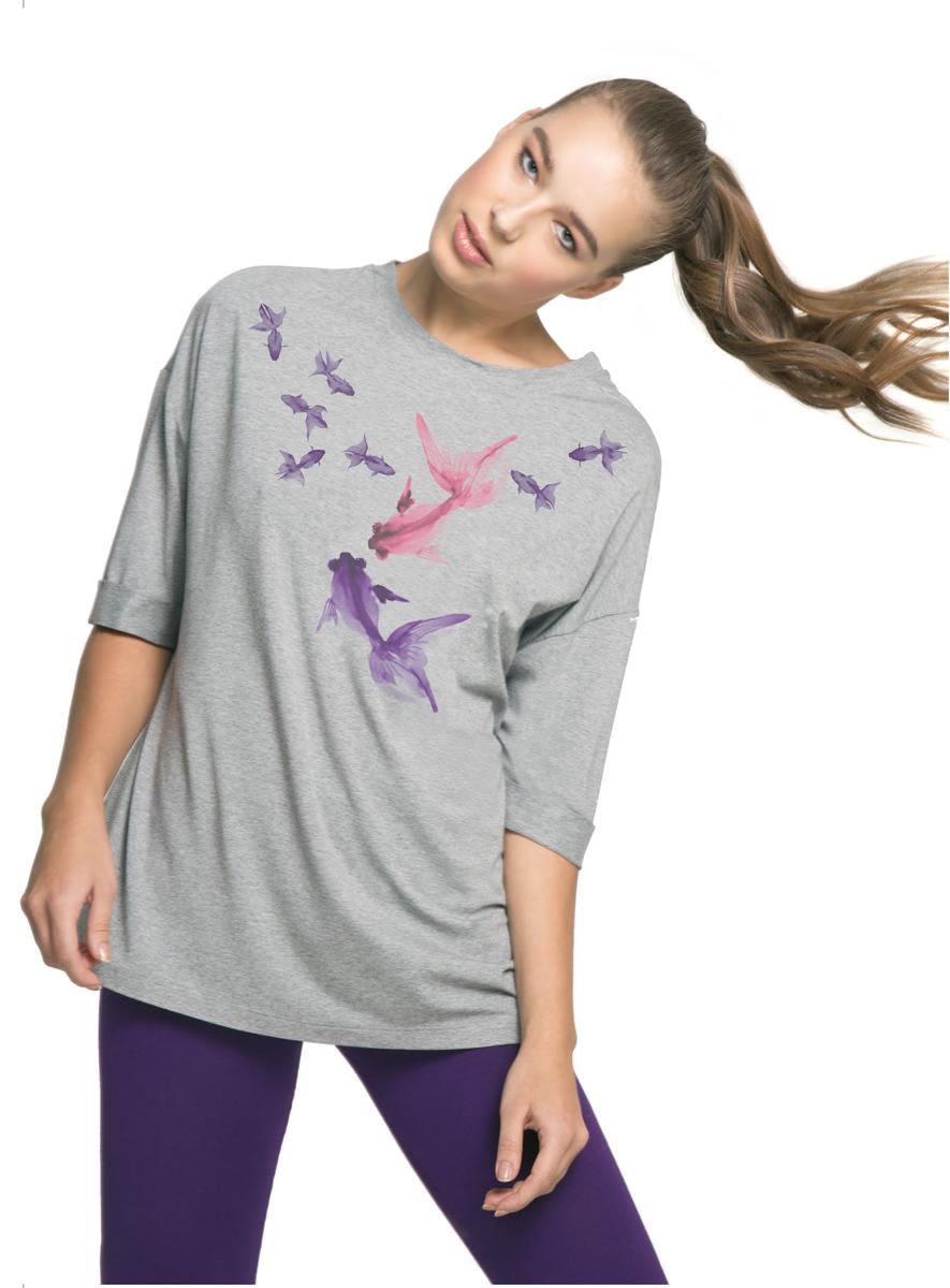 ФутболкаAL-3101Женственную свободную футболку Grishko украшает необычайно красивый принт, навеянный духовными практиками и созданный по мотивам китайской старинной живописи. Рыбы символизируют гармонию, уравновешенность и чистоту. Подойдет для занятий в зале, прогулок и отдыха на свежем воздухе. Модель выполнена из шелковистой, приятной на ощупь вискозы с лайкрой. Этот струящийся по телу материал отлично пропускает воздух, позволяет телу дышать и охлаждает его в жаркие летние дни. Ткань практически не мнется и сохраняет первозданный внешний вид даже после многократных стирок.