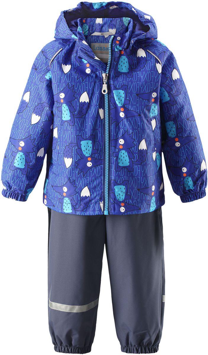 Комплект одежды детский Lassie: куртка, полукомбинезон, цвет: синий, темно-синий. 7137026691. Размер 747137026691Детский демисезонный комплект, состоящий из куртки и полукомбинезона, идеально подойдет для активных маленьких путешественников и исследователей мира! Водоотталкивающему и ветронепроницаемому материалу не страшен небольшой дождик. Этот материал очень функциональный, и в то же время комфортный и дышащий. Полукомбинезон изготовлен из прочного материала и снабжен эластичными манжетами и съемными штрипками, чтобы не пустить внутрь холод и влагу. Благодаря регулируемым эластичным подтяжкам он удобно сидит точно по фигуре. Съемный капюшон защищает голову ребенка от пронизывающего ветра, к тому же он абсолютно безопасен: легко отстегнется, если вдруг за что-нибудь зацепится. Куртка снабжена множеством продуманных элементов, например, прорезными карманами и светоотражателями.