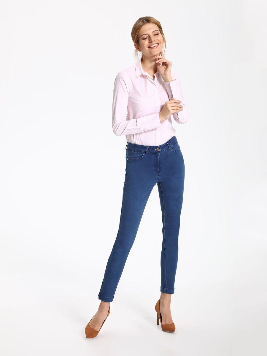РубашкаSKL2262BIРубашка женская Top Secret выполнена из хлопка, полиамида и эластана. Модель с отложным воротником застегивается на пуговицы.