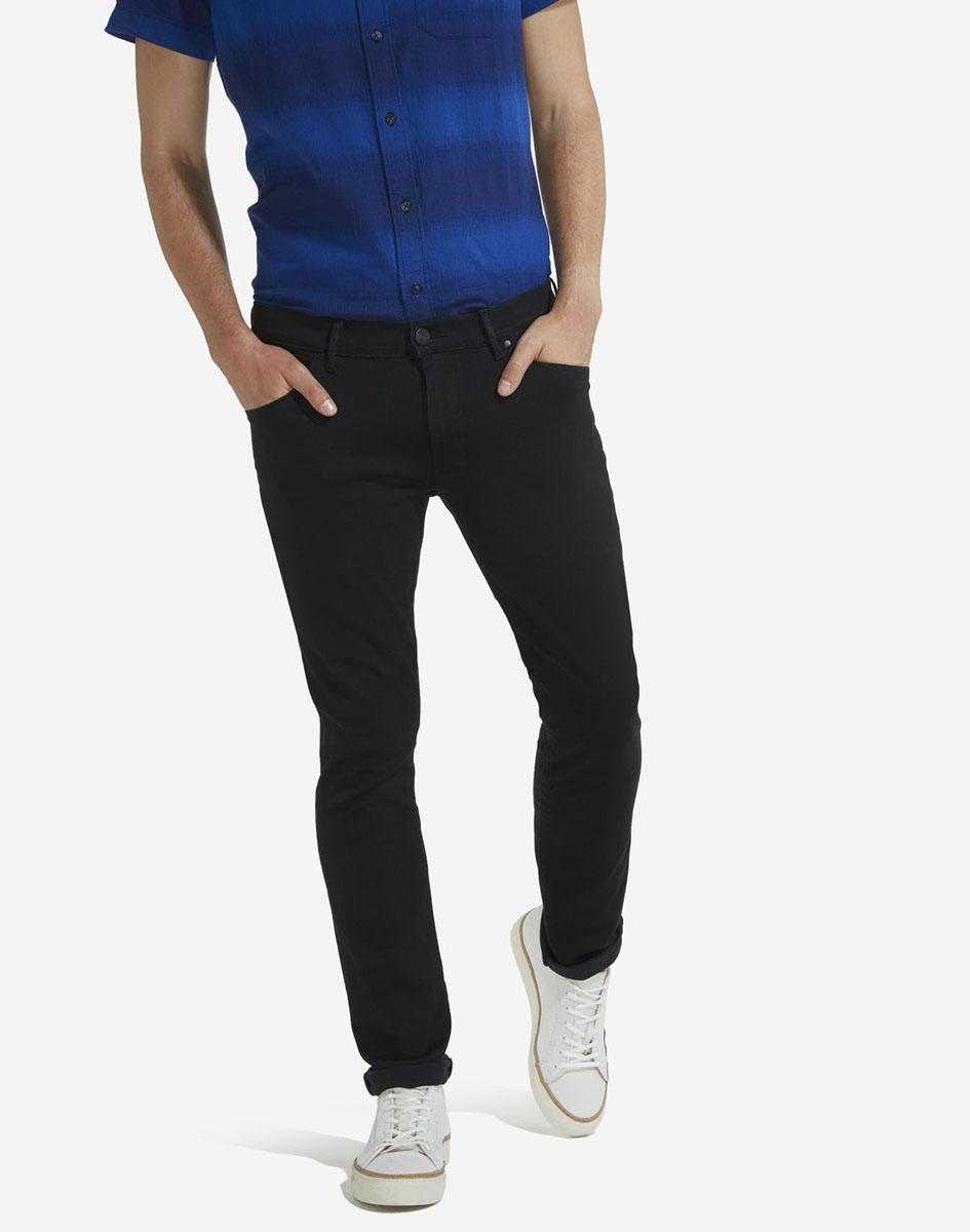 Джинсы мужские Wrangler, цвет: черный. W18SNF91V. Размер 30-32 (46-32)W18SNF91VМужские джинсы Wrangler станут отличным дополнением к вашему гардеробу. Джинсы модели-слимвыполнены из эластичного хлопка с добавлением полиэстера и эластана. Изделие мягкое и приятное на ощупь, не сковывает движения и позволяет коже дышать. Модель на поясе застегивается на металлическую пуговицу и ширинку на металлической застежке-молнии, а также предусмотрены шлевки для ремня. Спереди расположены два втачных кармана и один секретный кармашек, а сзади - два накладных кармана.