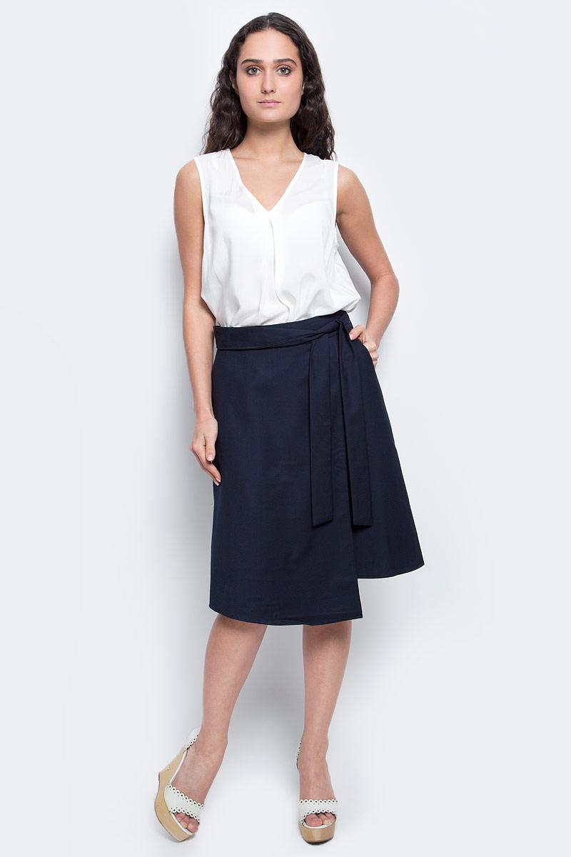 ЮбкаB477023_Dark NavyСтильная юбка Baon выполнена из полиэстера с добавлением вискозы. Модель трапециевидного кроя с драпировкой и завязывающимся на талии поясом великолепно смотрится на фигуре и подчеркивает все ее достоинства. Длина юбки чуть ниже колена. Изделие застегивается на потайную застежку-молнию, расположенную в боковом шве, и имеет втачные карманы по бокам. Такая юбка станет незаменимой вещью в базовом гардеробе современной и уверенной в себе девушки.