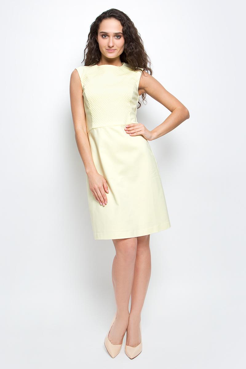 """Платье Baon, цвет: бледно-желтый. B457038_Cold Butter. Размер M (46)B457038_Cold ButterСтильное платье-футляр Baon выполнено из высококачественного материала с эффектом """"стрейч"""". Модель облегающего кроя с круглым вырезом горловины и короткими рукавами-реглан подарит вам комфорт и подчеркнет достоинства фигуры. Спереди платье оформлено рельефной вставкой с объемным узором. Платье застегивается на потайную застежку-молнию на спинке. В таком платье вы будете выглядеть элегантно и женственно."""