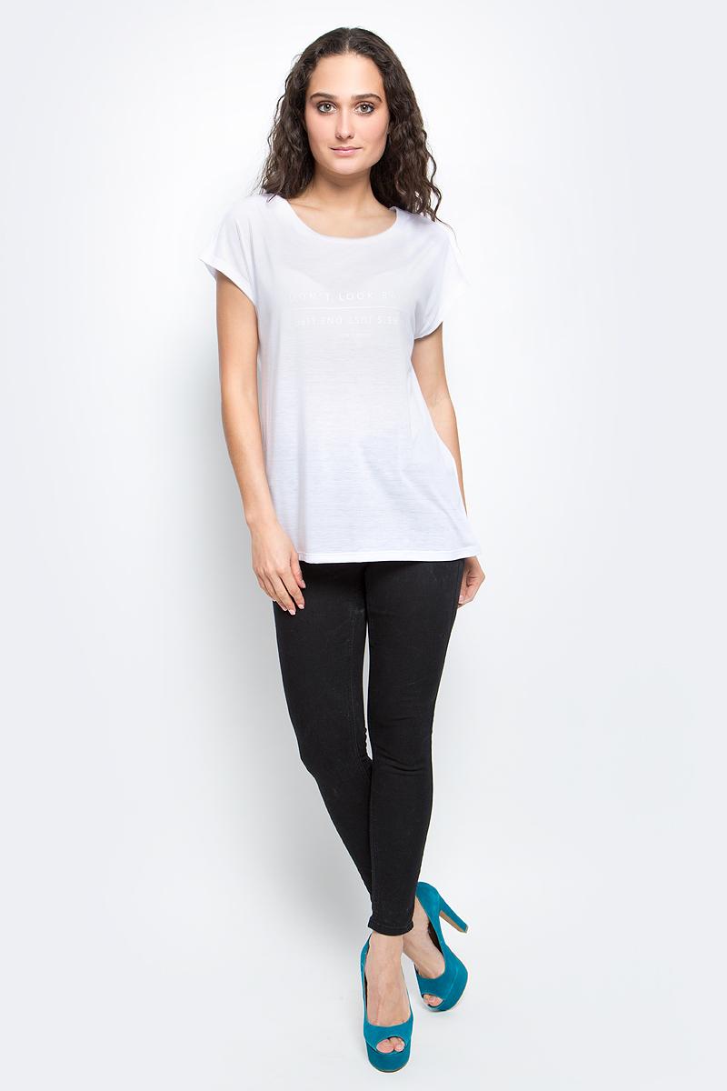ФутболкаB237020_WhiteСтильная женская футболка Baon изготовлена из тонкого трикотажного материала. Ткань очень мягкая и приятная на ощупь. Модель свободного кроя с круглым вырезом горловины и короткими цельнокроеными рукавами спереди оформлена текстовым принтом. Такая футболка займет достойное место в вашем гардеробе.